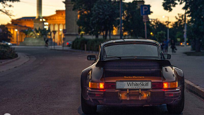 1975 Porsche 911 Turbo Coupé Copper Brown a Hősök terén