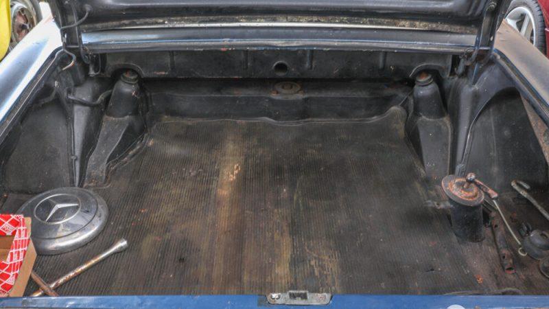 2120004 1966 Mercedes 230SL Blue csomagtér